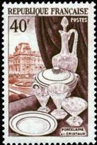 Porcelaine, cristaux et le Louvre en fond