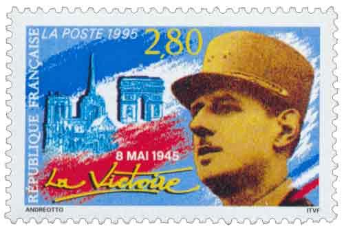 8 mai 1945, la Victoire. Portrait du Général de Gaulle avec en fond Notre Dame et l'Arc de triomphe